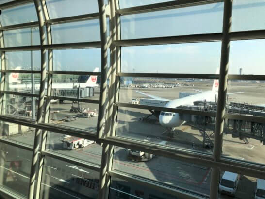 羽田空港国際線ターミナルに駐機するJALの飛行機