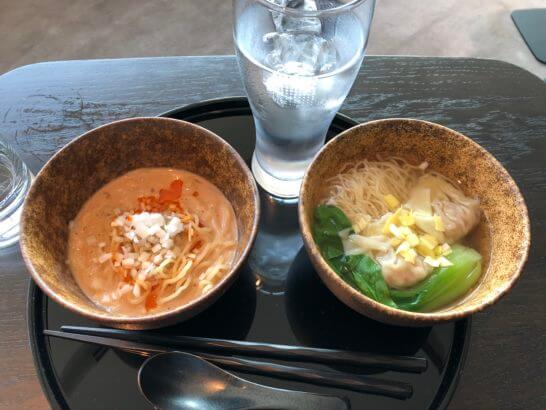 キャセイパシフィック航空の羽田空港ラウンジの担々麺とワンタン麺