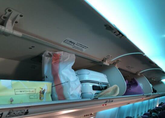 JALの飛行機の手荷物置き場が満杯のシーン