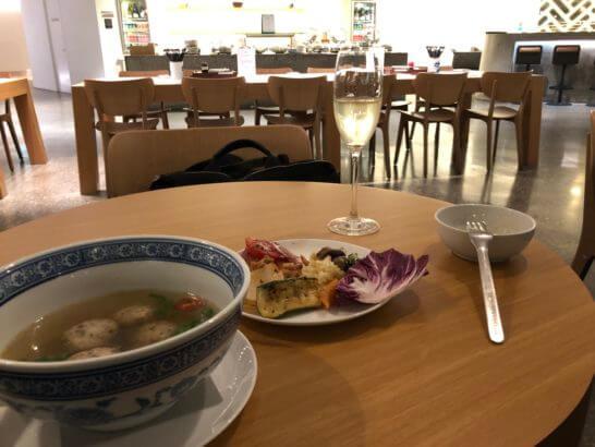 カンタス航空のシンガポールラウンジでの食事