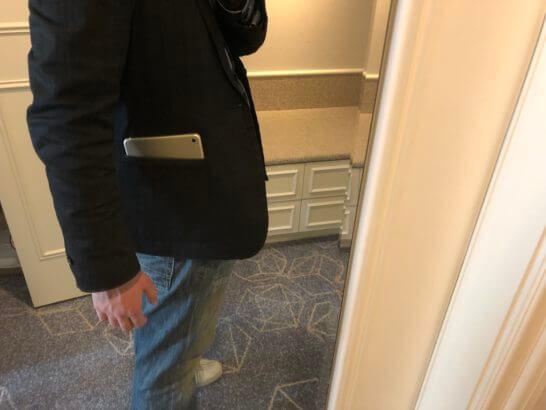 ジャケットのポケットに入れたiPad mini