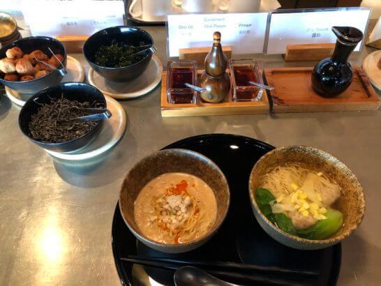 羽田空港のキャセイラウンジの担々麺・ワンタン麺