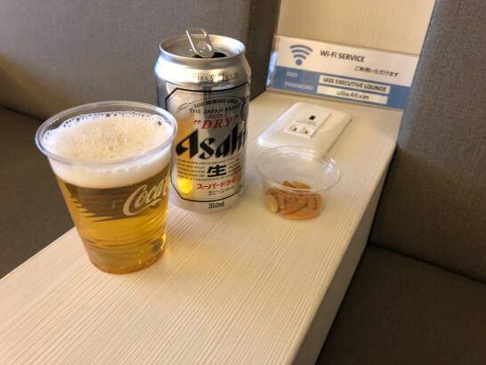 成田空港のラウンジ「IASS EXECUTIVE LOUNGE 1」のビール・柿の種