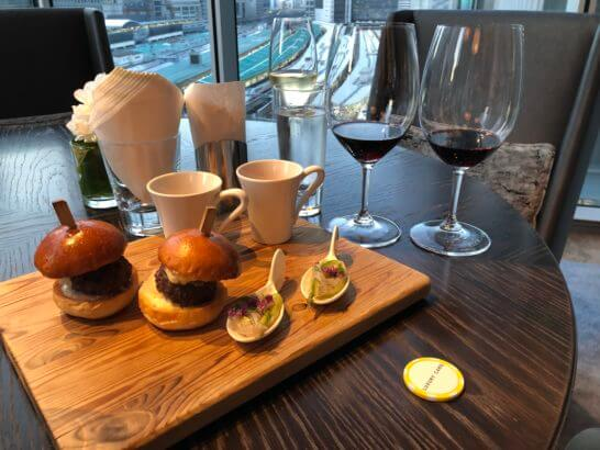 ラグジュアリーソーシャルアワーで提供されたワインとフィンガーフード