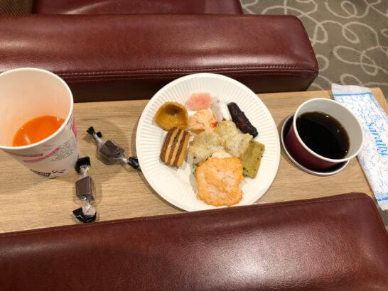関西国際空港のラウンジ「比叡」の野菜ジュース、チョコ、おつまみ、コーヒー