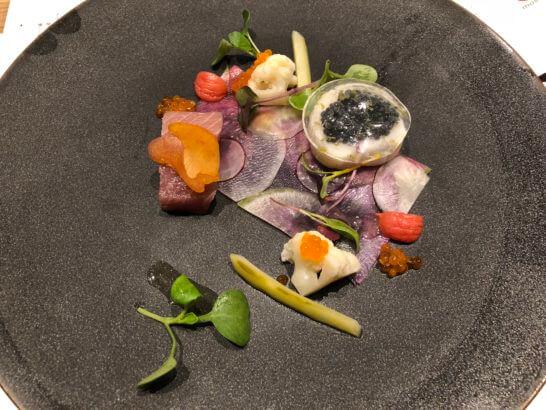 三陸の寒ブリとホタテ貝柱のマリネ 根菜のシート キャビア添え