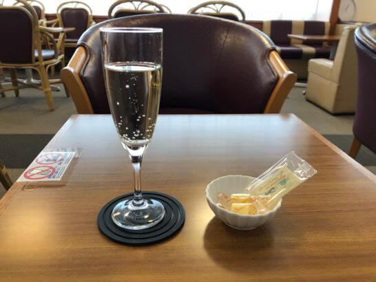 成田空港ビジネス&トラベルサポートセンター内ラウンジのスパークリングワインとチーズ