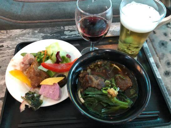 台湾桃園国際空港のプラザプレミアムラウンジの食事、ビール、ワイン
