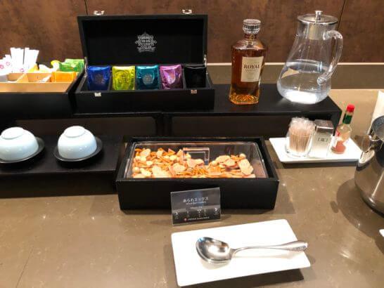 伊丹空港サクララウンジのお茶、ウイスキー、あられミックス