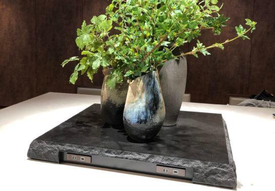伊丹空港サクララウンジのテーブル席の電源・USB端子
