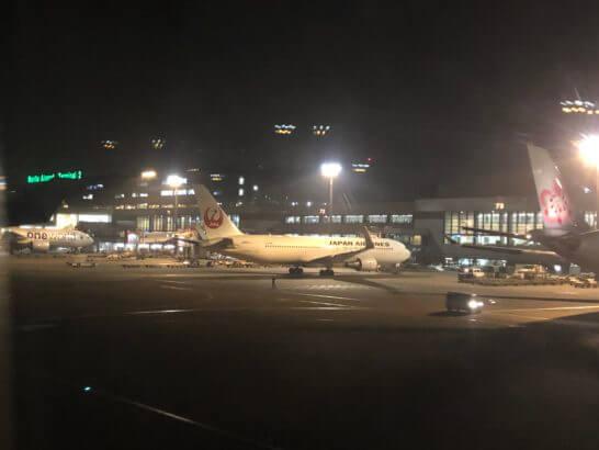 海外からの帰国で成田空港に着陸したシーン
