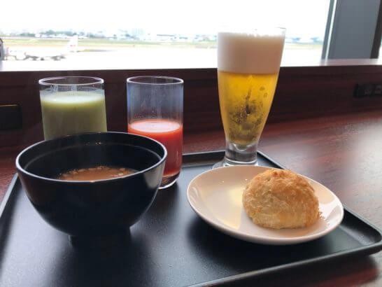 伊丹空港のJALダイヤモンドプレミアラウンジの青汁・トマトジュース・味噌汁・ビール・カレーパン