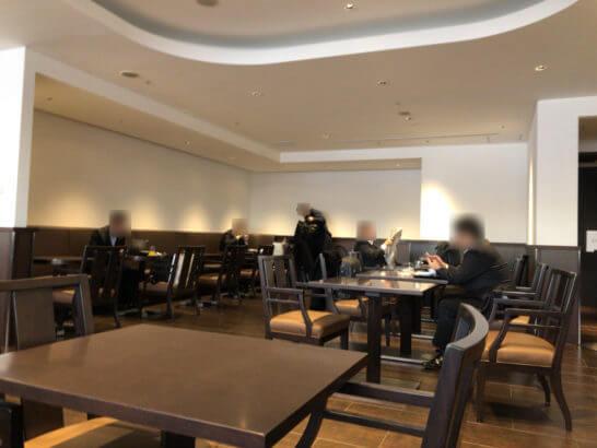 羽田空港ダイヤモンドプレミアラウンジ(南ウイング)のテーブル席