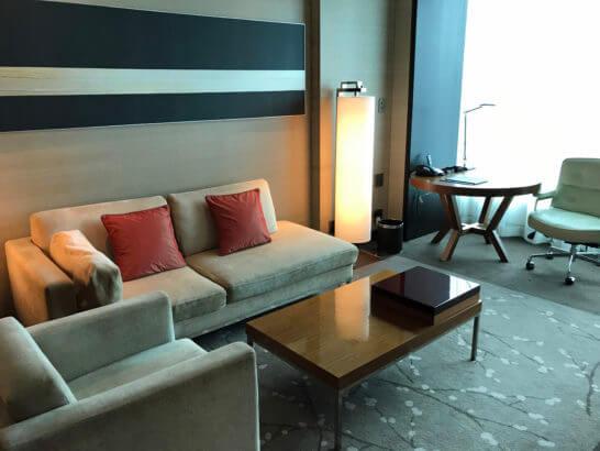 コンラッド東京のスイートルームのソファー