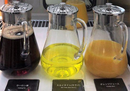 羽田空港のJALダイヤモンドプレミアラウンジの烏龍茶、スカイタイム キウイ、オレンジジュース