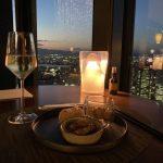 コンラッド大阪のラグジュアリーラウンジアワーのフィンガーフードとスパークリングワイン