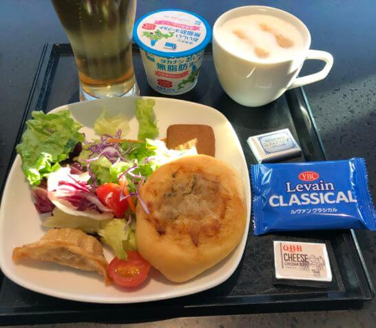 ANAラウンジ(羽田空港国際線)のビール・生野菜・揚げ餃子、パン・チーズ・ヨーグルト、お菓子・カプチーノ