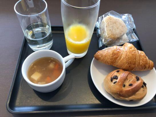 羽田空港JALダイヤモンドプレミアラウンジのウイスキー・オレンジジュース・スープ・おにぎり・パン