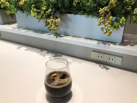 ANAラウンジ(羽田空港国際線)のアイスコーヒーと電源コンセント