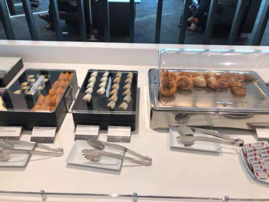 羽田空港国際線のANAラウンジ(114番ゲート付近)のパン・おにぎり・いなり・三色巻き