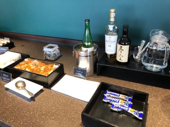 羽田空港ダイヤモンドプレミアラウンジのあられミックス・日本酒・ウイスキー・焼酎・ソイジョイ