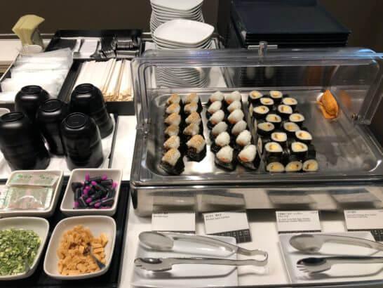 ANAラウンジ(羽田空港国際線)のおにぎり・三色巻き・いなり・味噌汁
