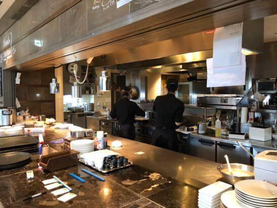 東京マリオットホテルのレストランの厨房