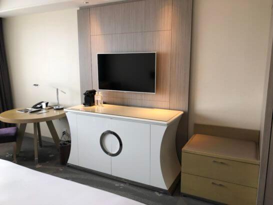 東京マリオットホテルの荷物置き場・テレビ・コーヒー等・丸テーブル