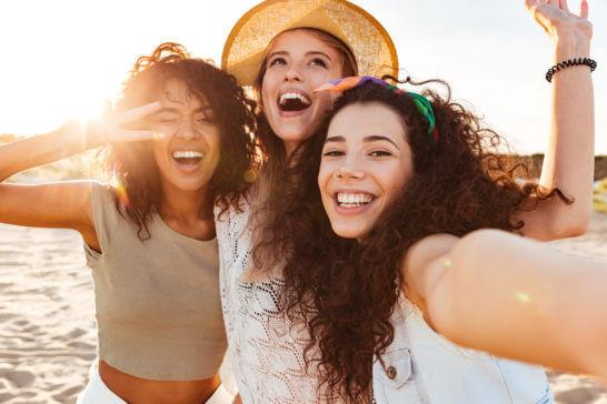 笑顔の若者の女性3名