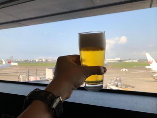 羽田空港国内線サクララウンジで飲むビール