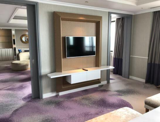 東京マリオットホテルのプレジデンシャルスイートのベッドルームのテレビ