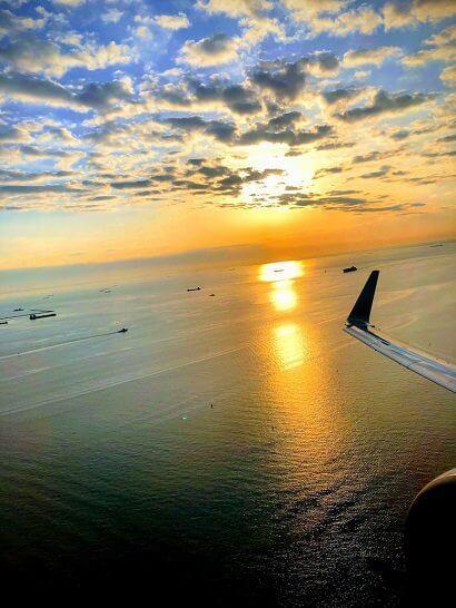飛行機の機内から見た日の出