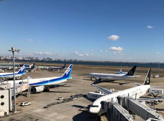 羽田空港に駐機するANAの飛行機・スターアライアンス機体