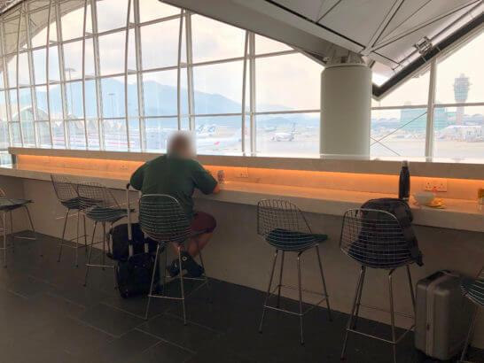 香港国際空港アメックスのセンチュリオンラウンジのカウンター席