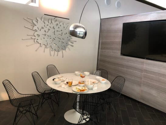 香港国際空港アメックスのセンチュリオンラウンジの会議室の中