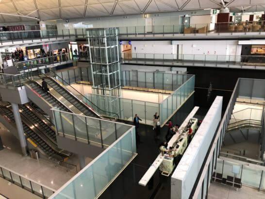 香港アメックスセンチュリオンラウンジの廊下からの眺め(空港内)