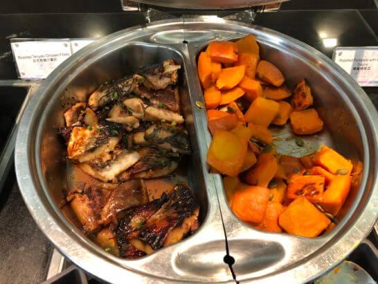 香港国際空港アメックスのセンチュリオンラウンジのサバ・かぼちゃの煮物