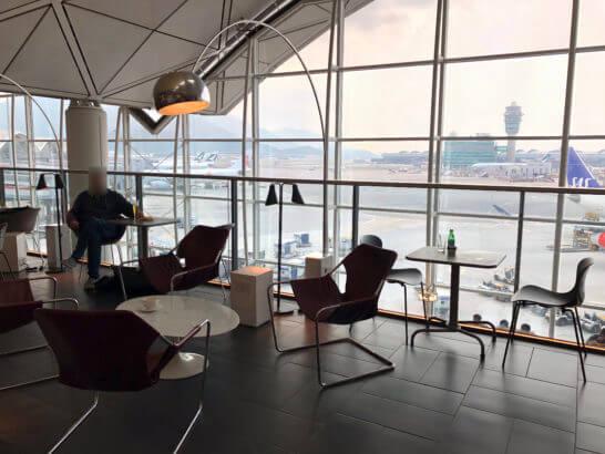 香港国際空港アメックスのセンチュリオンラウンジの窓際席