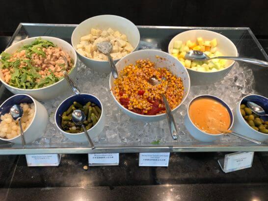 香港国際空港アメックスのセンチュリオンラウンジのサラダ類