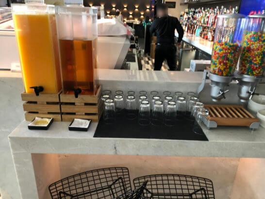 香港国際空港アメックスのセンチュリオンラウンジのジュース・お菓子