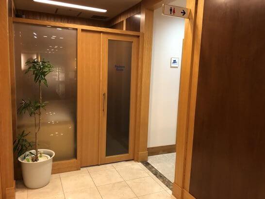 関空のKALラウンジのビジネスルームとトイレ入口