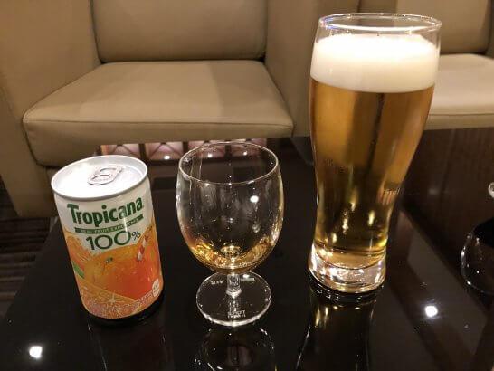 関空KALラウンジのジュース、ブランデー、ビール