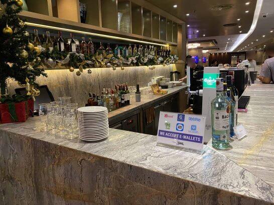 クアラルンプールのPlaza Premium Loungeのバーカウンター