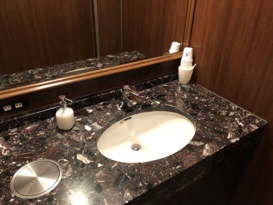 関空KALラウンジのトイレの洗面台