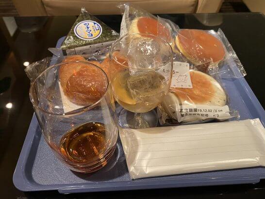 関西国際空港のKALラウンジのウイスキー・ブランデー・パン・おにぎり