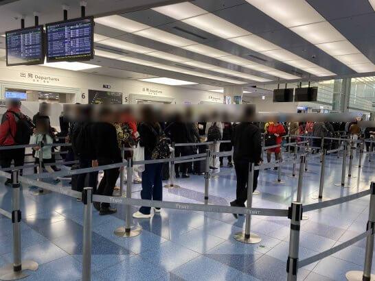 羽田空港国際線の混雑する手荷物検査場