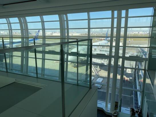 羽田空港に駐機するANAとガルーダ・インドネシア航空の飛行機