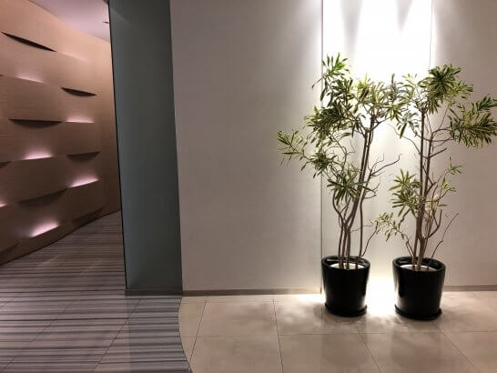 成田空港のKALラウンジの木のインテリア・廊下