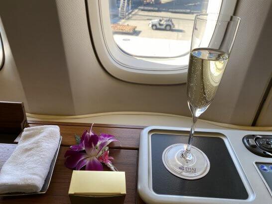 タイ国際航空のファーストクラスのウェルカムシャンパン
