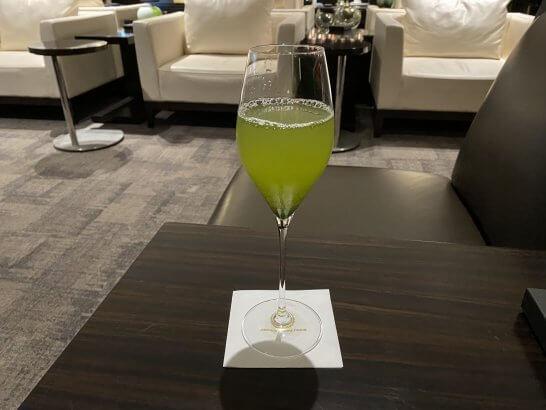 成田空港JALファーストクラスラウンジの高級冷茶